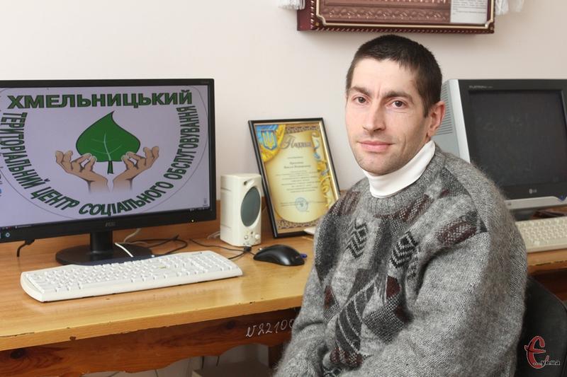 Микола Прокопов каже, що він щасливий, бо може пересуватися по квартирі, і тому, що живі його мама і бабуся.