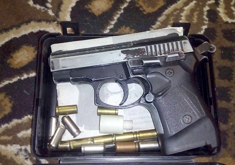 Раніше судимий мешканець обласного центру зберігав удома зброю і наркотики