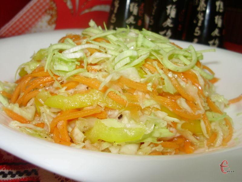 Низькокалорійний соковитий і пікантний овочевий салат, у якому зберігаються всі вітаміни й корисні мікроелементи.