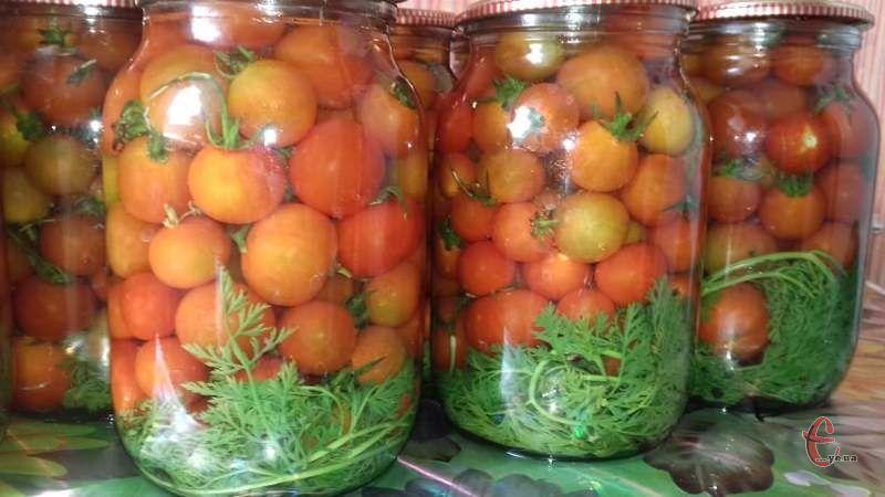 Такі пікантні ароматні помідори доповнять будь-який гарнір взимку!