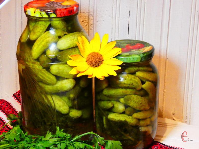 Заготовка виходить дуже смачною, огірочки пружні й хрумтять, зберігають всю користь і аромат свіжих овочів.