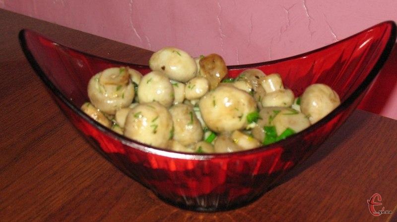 Чудові грибочки, як для закуски, так і для салатів. За цим рецептом шампіньйончикі вийдуть не кислі і не прісні. Ще й готуються на раз, два, три!