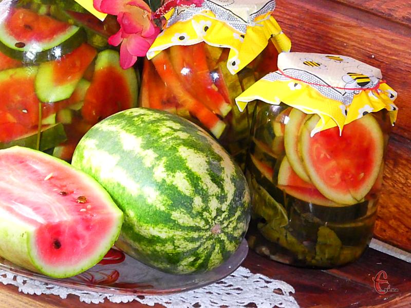 На смак скибочки більше нагадують мариновані помідори чи огірки. Таку закуску подають до картопельки, м'яса, локшини та каші.