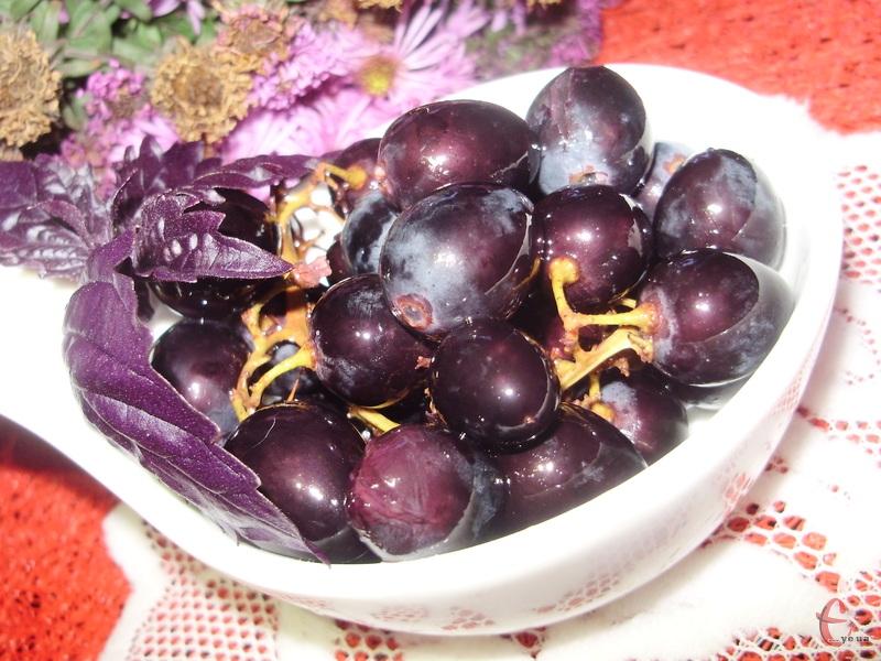 Смак приголомшливий! Спочатку легка солоність, але м'якша, ніж у маслин, а наприкінці відчувається солодкість і свіжість винограду.