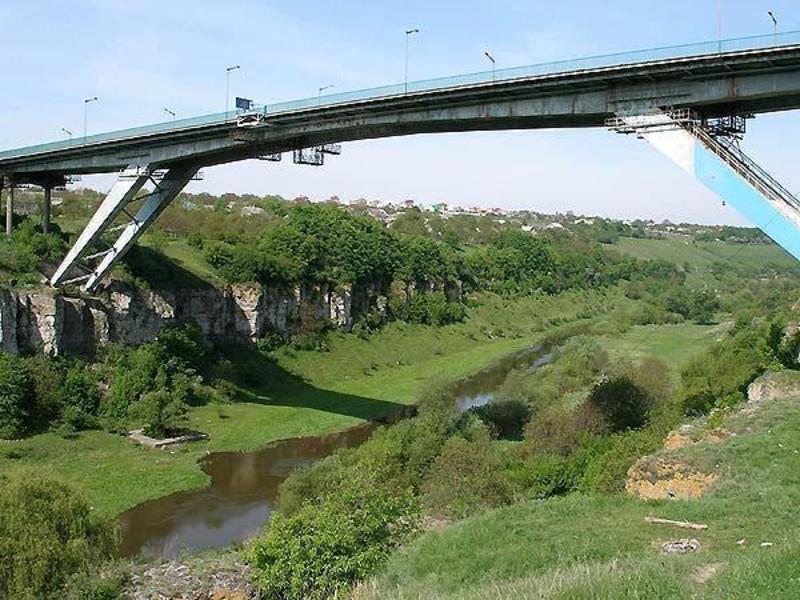 20 вересня 1996 року з мосту «Стрімка лань», що в Кам'янці-Подільському здійснили перший стрибок за допомогою еластичних канатів, перетворивши міст на своєрідний атракціон для джампінгу