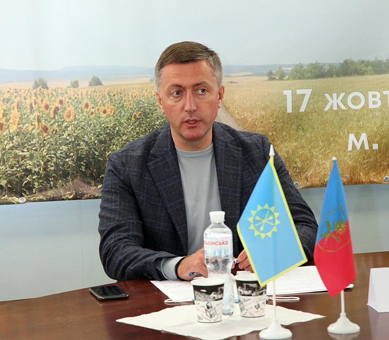 За словами Сергія Лабазюка, аграріям необхідно активізуватися, щоб не допустити жодних схем, які б дозволили іноземцям скуповувати українську землю