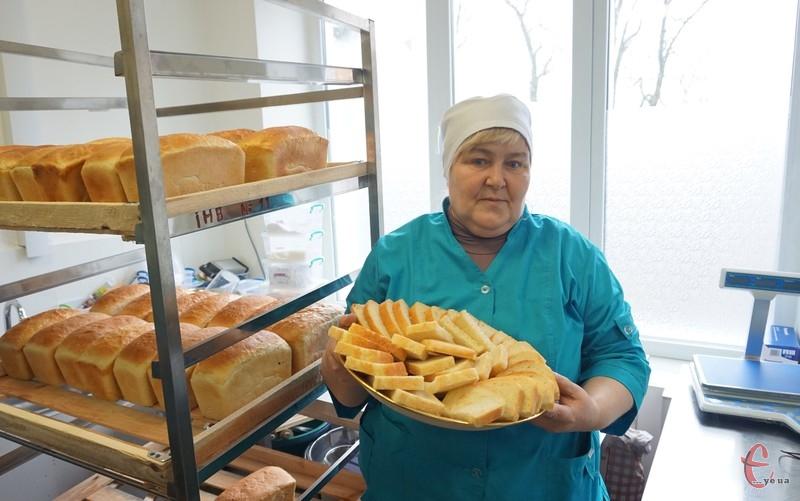 Технолог пекарні Наталя Строгаль пригощає першим хлібом