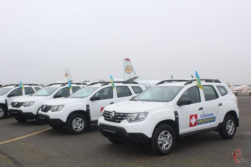 Загалом амбулаторіям Хмельницької області передали 60 автомобілів