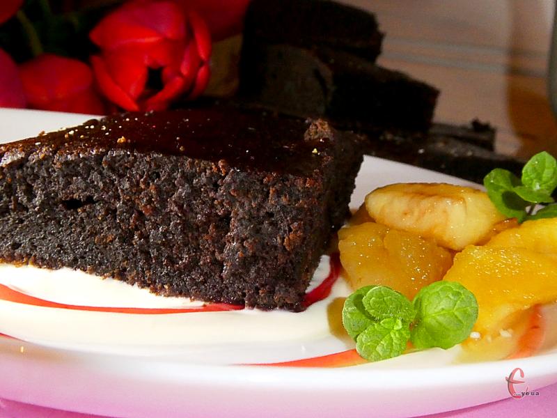 В готових тістечках яблука практично не відчуваються, залишається лише ледь вловимий посмак. Завдяки їм випічка стає ще соковитішою та вологішою!