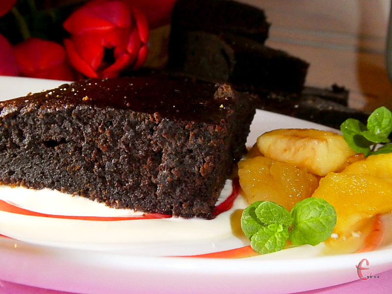 Окрім шоколаду, в складі багато какао, тому смак брауні насичений та має приємну благородну гірчинку. Любителі темного шоколада точно втратять свідомість!