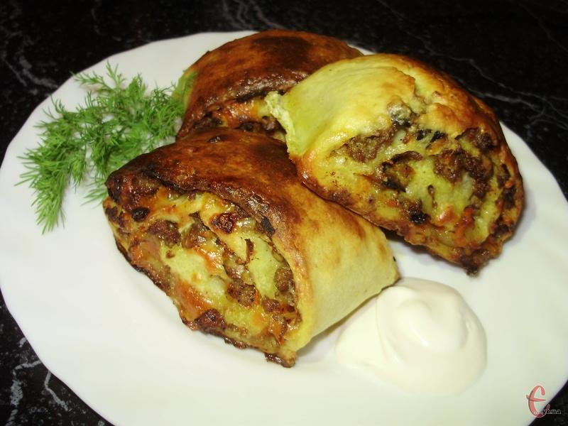 Подавати картопляний рулет зі сметаною і овочевим салатом.