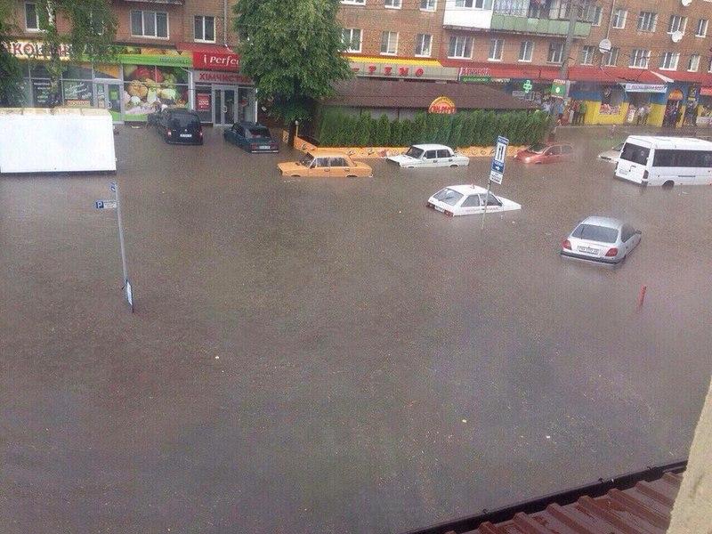 31 травня в Хмельницькому на вулиці Зарічанській можна було палавати на човні