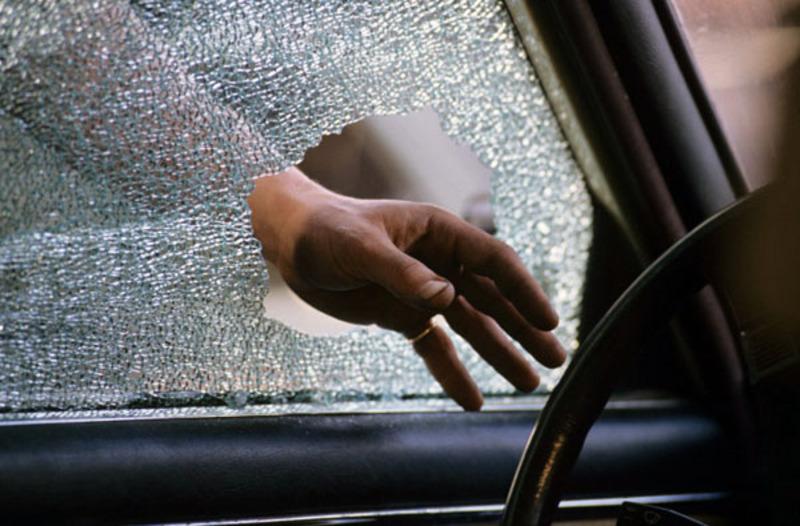 Невідомий не лише пошкодив вікна в автомобілі, а й поцупив дві сумки, в одній з яких були 2500 доларів США