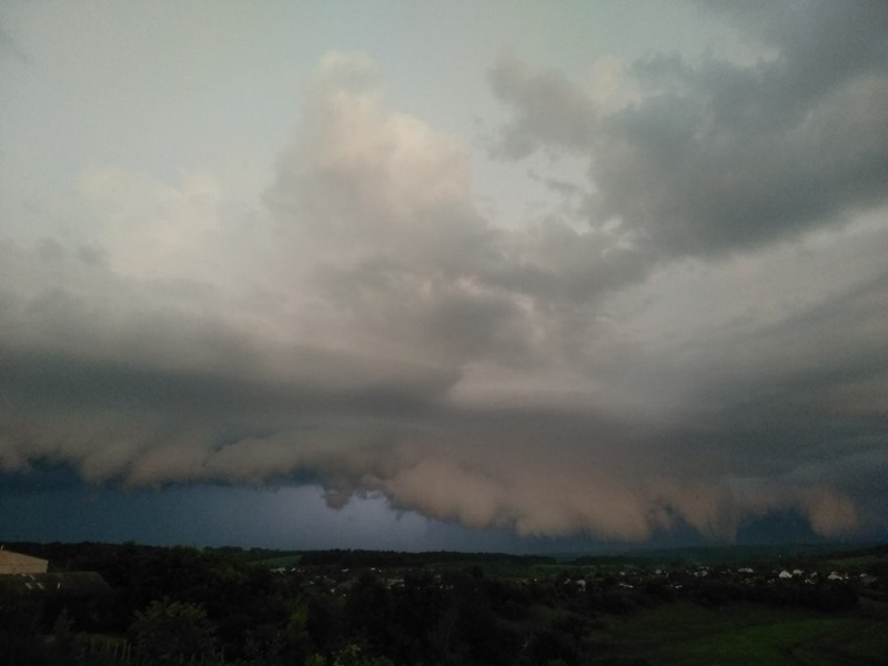 Утворюються такі хмари при наявності вологої повітряної маси, яка піднімається з теплої поверхні землі