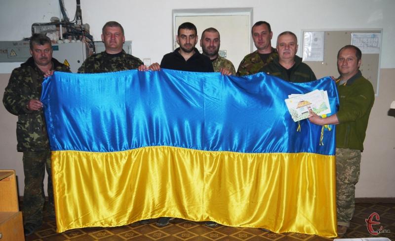 Бійцям передали прапор України, який потім повернеться до депутатів