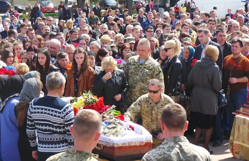 https://ye.ua/images/news/_Mi_zhivemo_zavdyaki_yim_U_Hmelnickomu_poproschalisya_iz_zagiblim_na_viyni_ivanom_Melnikom__FOTO_ViDEO__1_2017_04_28_05_00_15.jpg