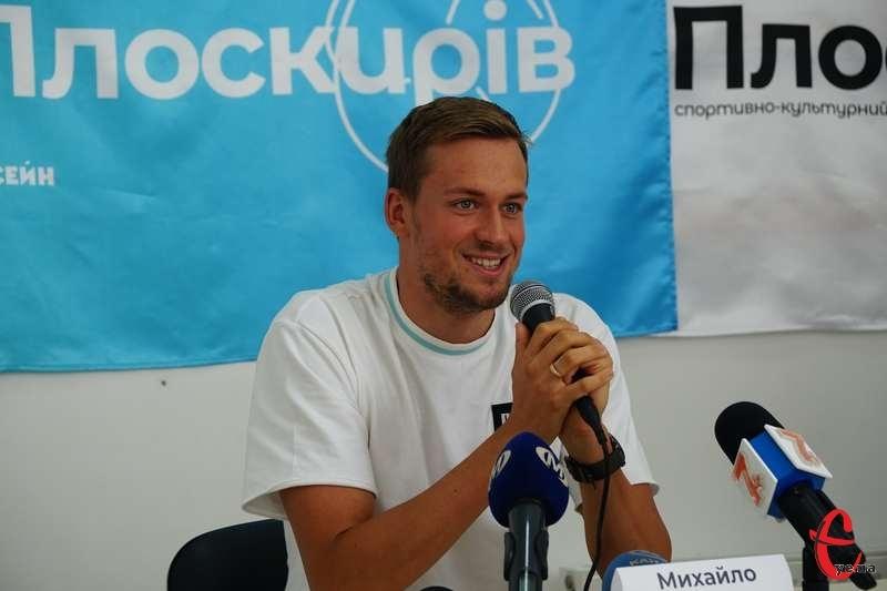Михайло Романчук, який на Олімпіаді в Токіо здобув срібну та бронзову медалі з плавання, поспілкувався з хмельничанами