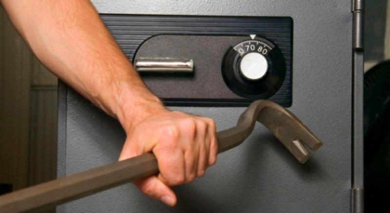 Злочинці, зламавши замок сейфу в автомобілі, викрали більше 250 тисяч гривень