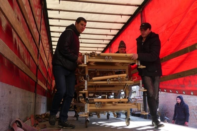 Німецькі волонтери передали меблі для медзакладів Кам\'янець-Подільського