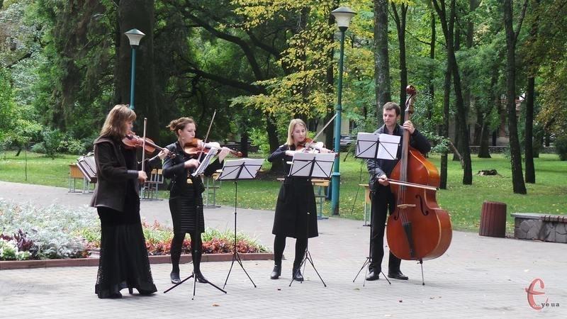 У сквері оркестр вітав хмельничан із Днем міста