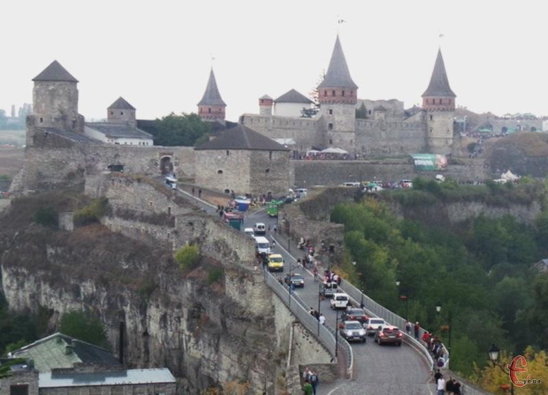 У лютому 2016 року міст до Старої фортеці 179 821 гривню