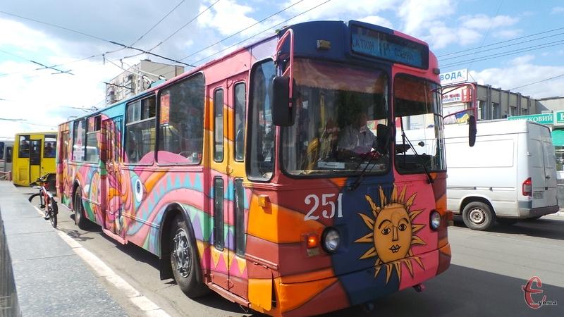 Розмалювали найстаріший тролейбус міста, якому вже 25 років