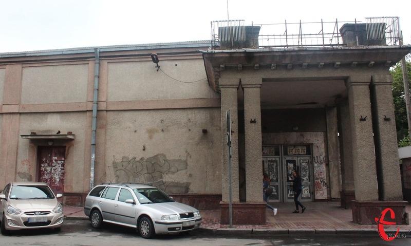 Будівля колишнього кінотеатру «Мир» роками перебуває в аварійному стані