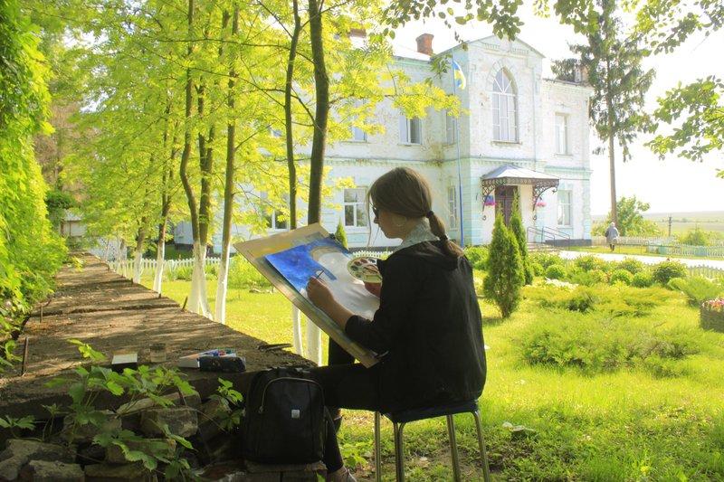 Після екскурсії Костелом Божої матері, діти обрали локації і почали малювати Тарноруду