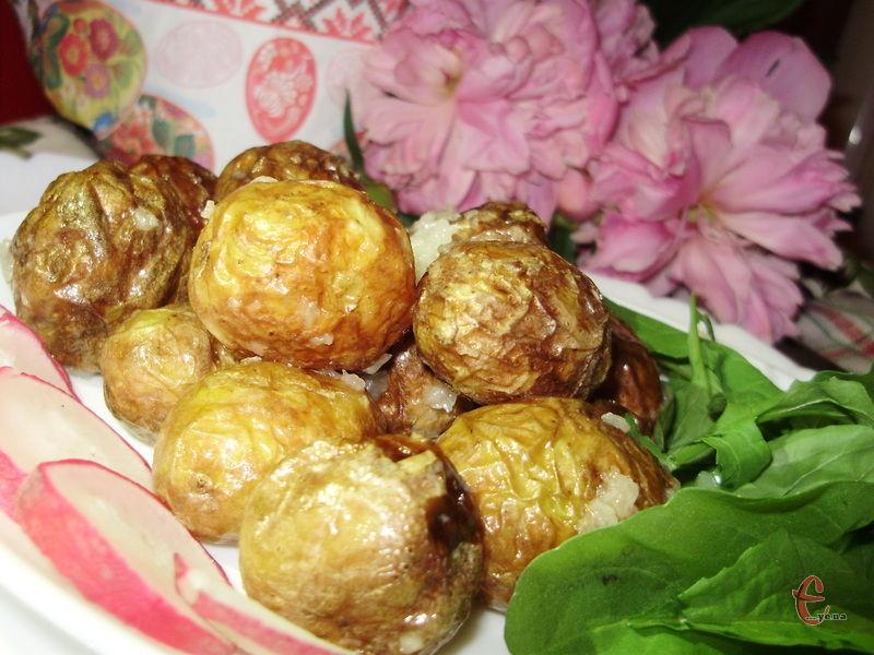 Приємний бонус – картоплю навіть чистити не потрібно! Просто помити й обсушити. Зі шкірочкою вона виходить навіть смачнішою, ніж без неї.