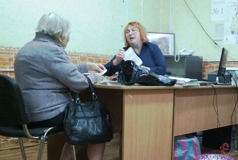 Першими «живі» кошти для оплати комунальних рахунків за лютий почали отримувати пенсіонери