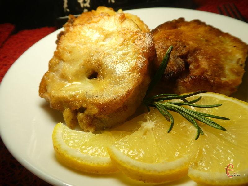 Риба виходить неймовірно смачною і апетитною - усередині соковите, ніжне м'ясо, а зверху хрустка золотава скоринка.