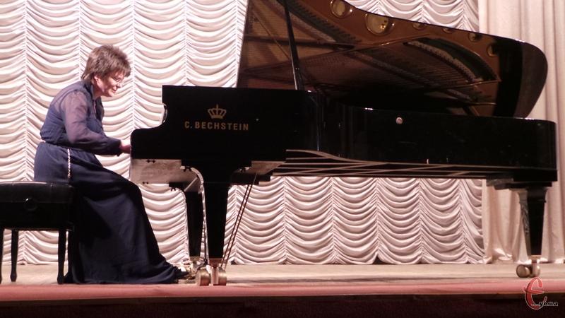 У Хмельницькому виступила піаністка Оксана Рапіта, яка є учасницею багатьох музичних фестивалів в Україні та за її межами