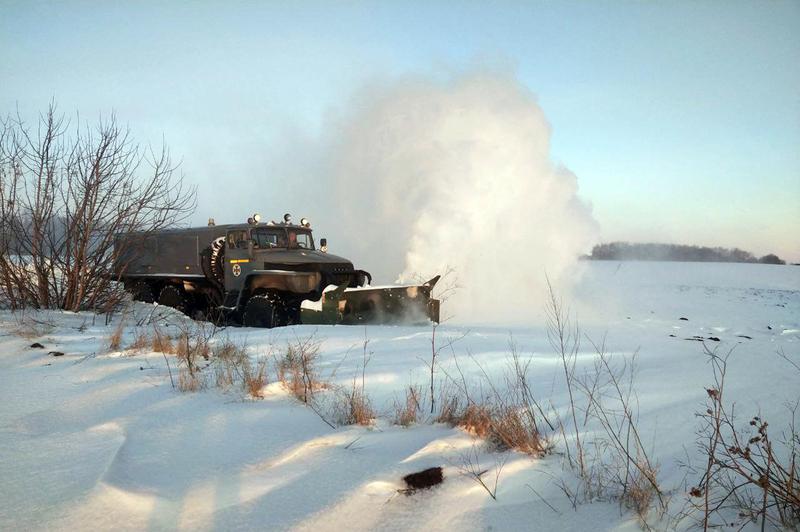 Рятувальники витягнули зі снігової пастки автобус з людьми