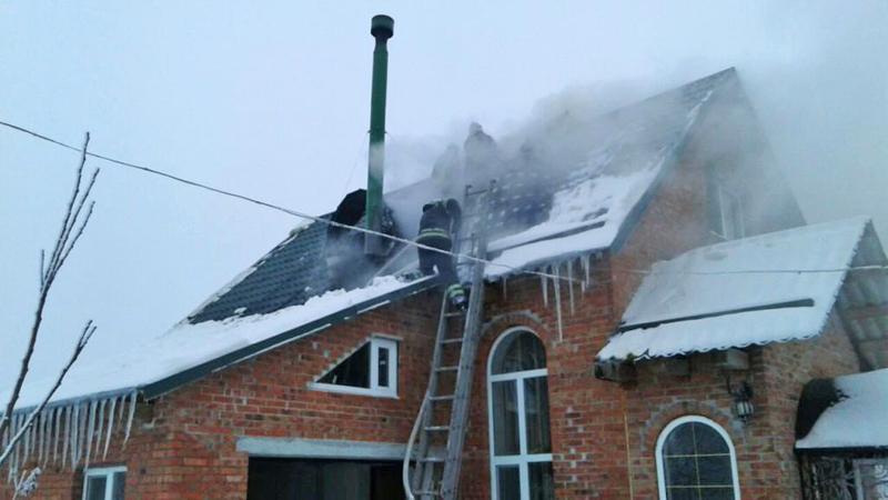 Ймовірною причиною загоряння, кажуть рятувальники, стало порушення правил монтажу димаря
