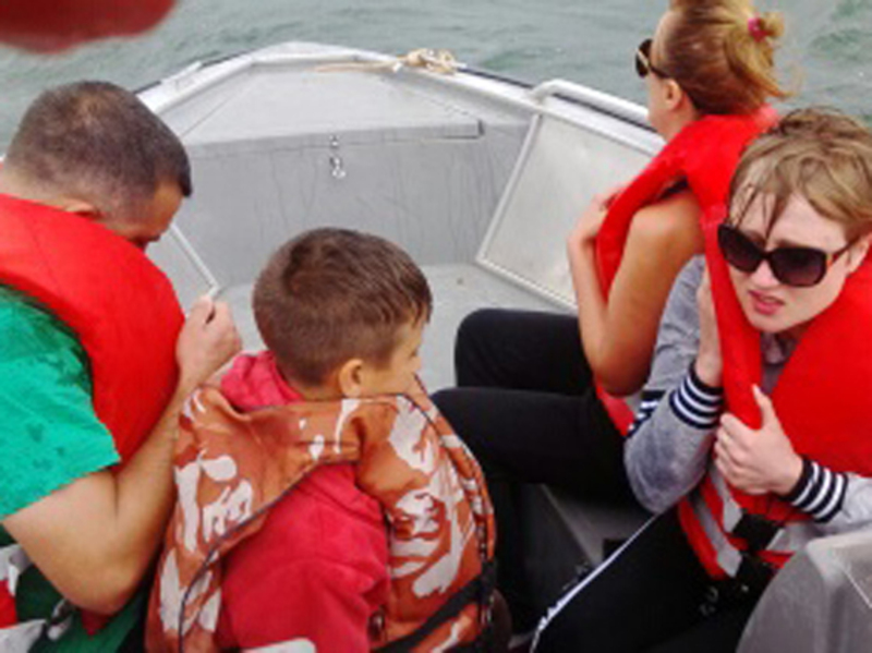 Рятувальники доправили потерпілих на берег