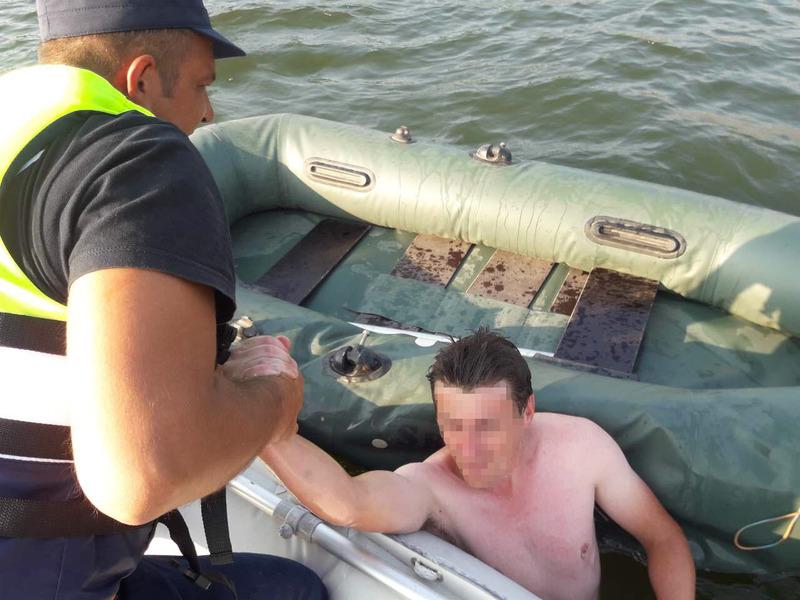 Рятувальники витягли з води двох людей