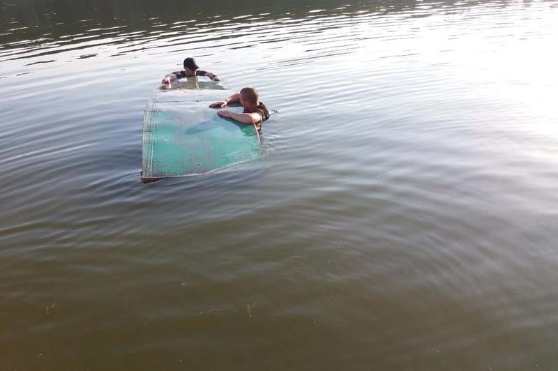 Човен перевернувся і двоє людей опинилося у водяній пастці посеред річки