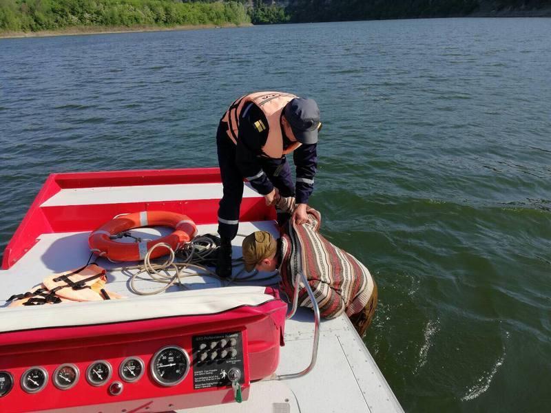 Човен рибалки пішов під воду