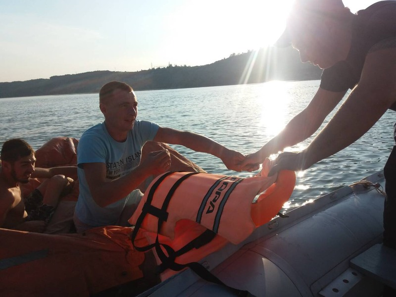 Під час перебування на воді у людей спустився човен