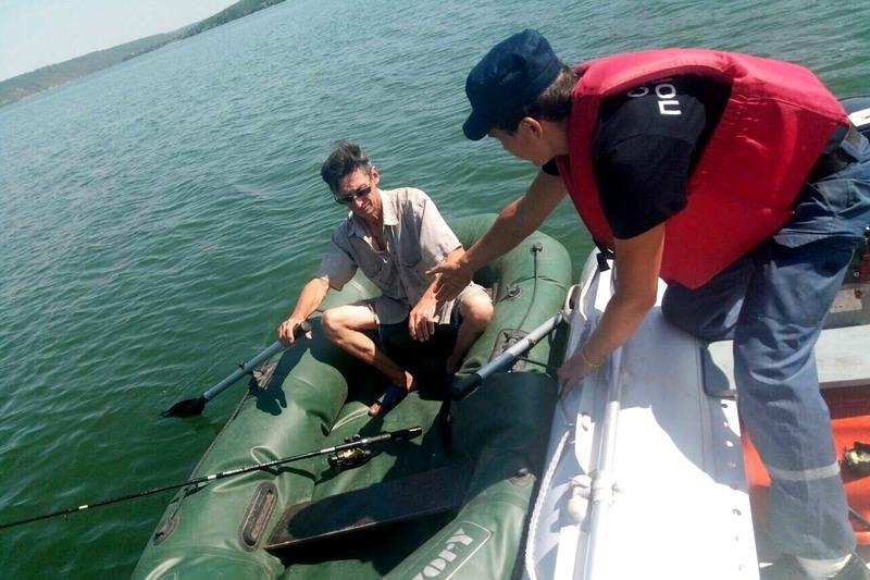 Чоловіка рятували два водолази на рятувальному човні «BRIG B-420»