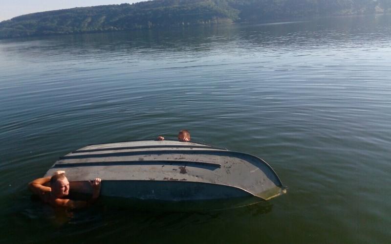 На Дністрі перекинувся човен і двоє відпочиваючих опинилися в воді