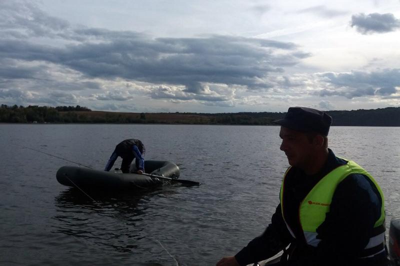 Рятувальники допомогли рибалці, в якого почав здуватися човен