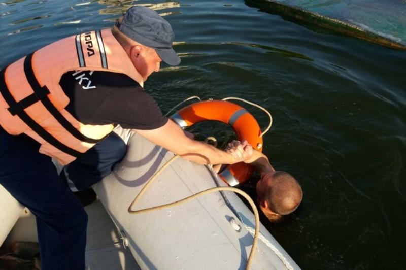 Рятувальники закликають хмельничан не запливати на човні у місця із сильною течією