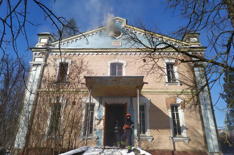 Рятувальники ліквідували пожежу недіючої адміністративної будівлі