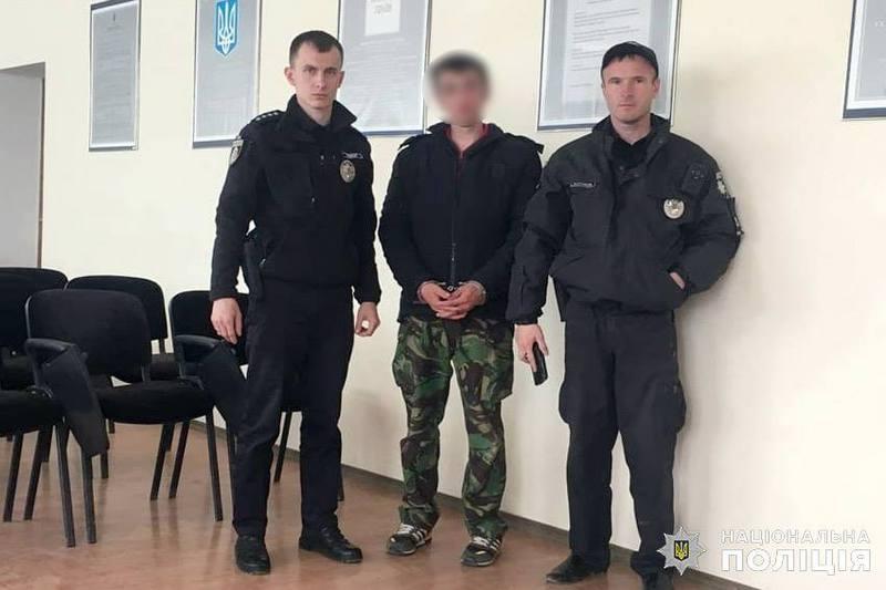 На Хмельниччині патрульні оперативно затримали молодика, який обікрав приватний будинок