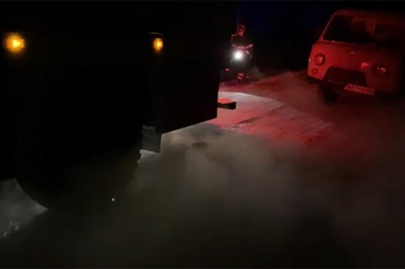Автомобіль швидкої допомоги застряг в наметі