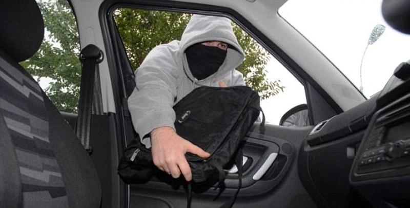 Злодій поцупив гроші з авто