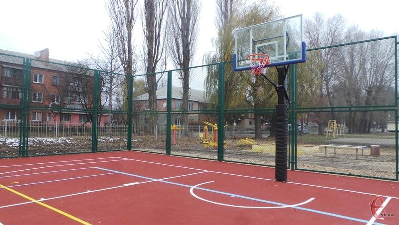 На повну майданчик буде експлуатуватися з весни, але вже зараз, поки придатна погода, тут можна позайматися спортом