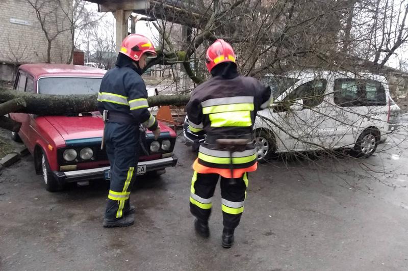 Негода додала рятувальникам роботи