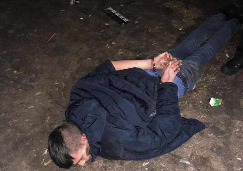Правоохоронці затримали молодика на місці події